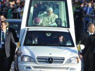 El papa Benedicto XVI en el papamóvil en Berlín