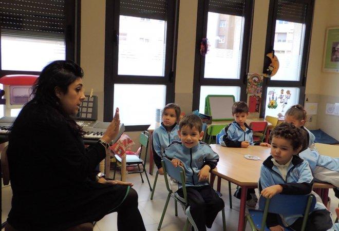 Alumnos de infantil trabajando en cooperativo.