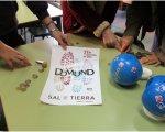 Los alumnos del colegio Santo Ángel contando el dinero recaudado en la jornada del Domund 2016