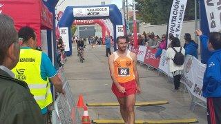 Sergio García, ganador de la VI Edición de la Carrera de la Salchicha, cruza la línea de meta