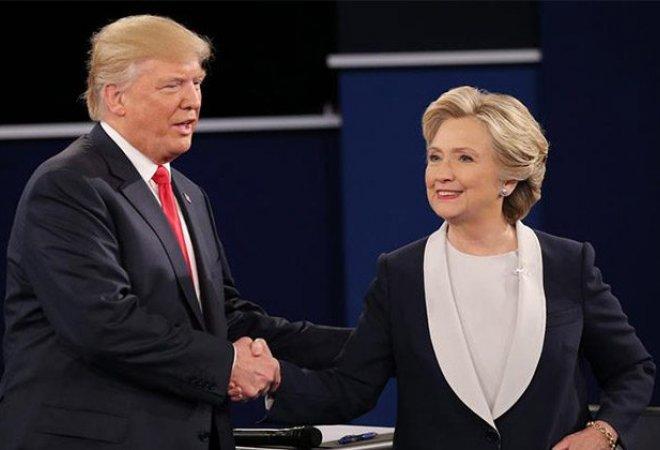 Trump y Clinton dándose la mano en el debate por la presidencia