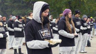 Manifestantes con animales muertos en la mano/Agencia EFE