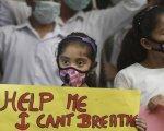 Una niña en una protesta en Delhi.