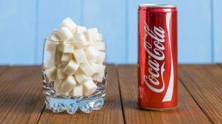 Azúcar por lata de Coca-Cola
