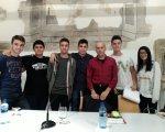 Algunos de los alumnos con el escritor