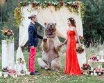 Stepan, un cariñoso oso, es testigo y padrino en una boda rusa