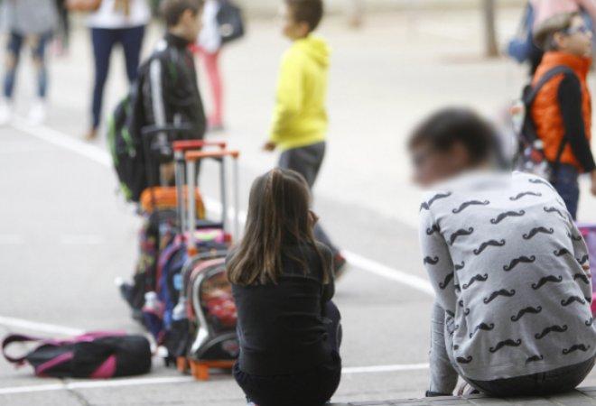 Alumnos en el patio de un colegio.