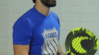 Tete Ramos jugando al pádel.
