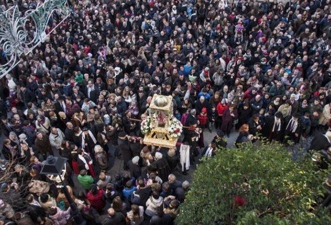 """Iglesia de San Miguel """"Palencia"""", con la procesión del bautizo del niño."""