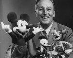 Walt Disney junto a sus personajes más famosos.