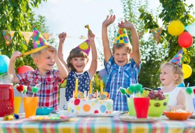 Niños disfrutando en una dulce fiesta. Internet.