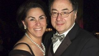 El matrimonio Sherman: http://www.lfpress.com/2017/12/15/billionaire-barry-sherman--founder-of-apotex-drug-company--found-dead-along-with-wife-in-toronto-mansion